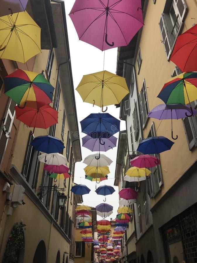 Regenschirme auf Himmel stockfotos