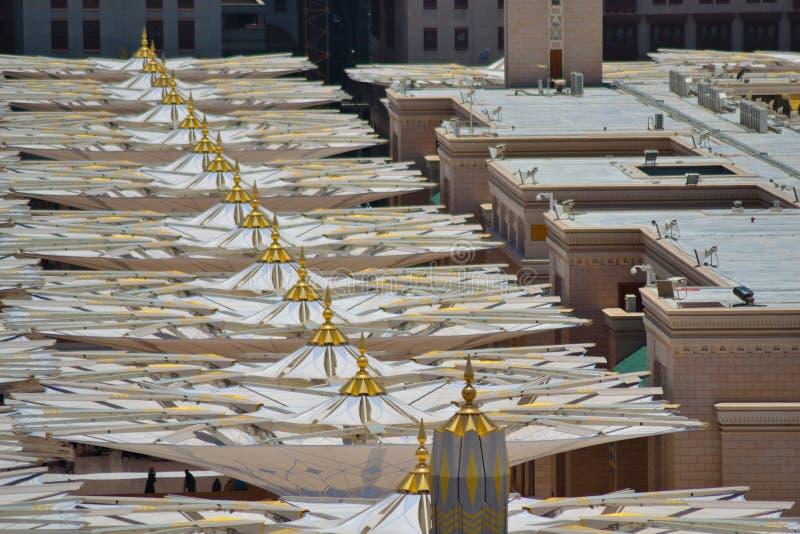 Regenschirme in der Nabawi Moschee stockbild