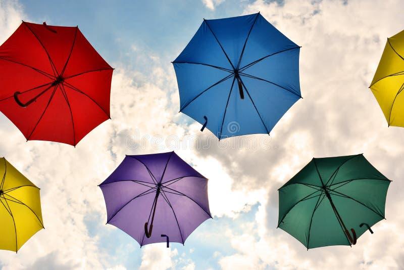 Regenschirme, die in den Himmel schwimmen lizenzfreie stockfotos