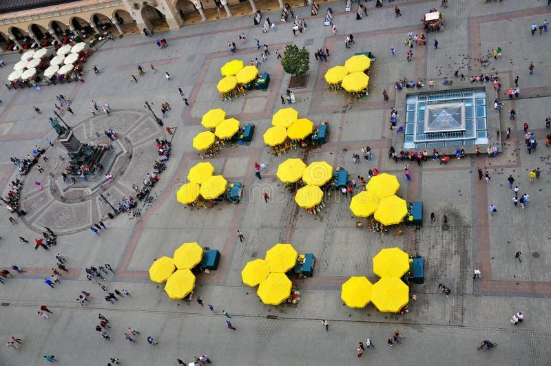 Regenschirme durch Marktplatz lizenzfreies stockfoto