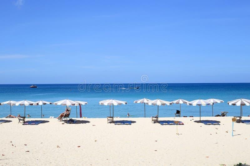 Regenschirme an einem schönen Tag auf Surin setzen in Phuket Thailand auf den Strand lizenzfreie stockfotografie