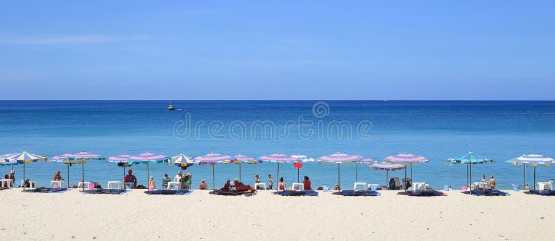 Regenschirme an einem schönen Tag auf Surin setzen in Phuket Thailand auf den Strand stockfotos