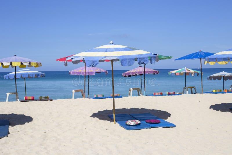 Regenschirme an einem schönen Tag auf Surin setzen in Phuket Thailand auf den Strand lizenzfreies stockfoto