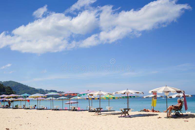 Regenschirme an einem schönen Tag auf Surin setzen in Phuket Thailand auf den Strand stockbild