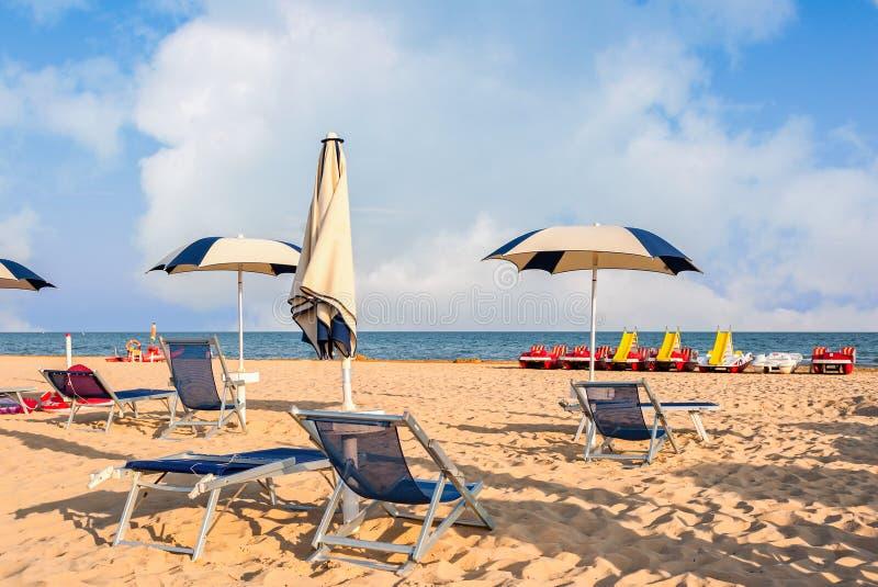 Regenschirmstrand für die Entspannung und gesetzten Strand der Sonne lizenzfreie stockbilder