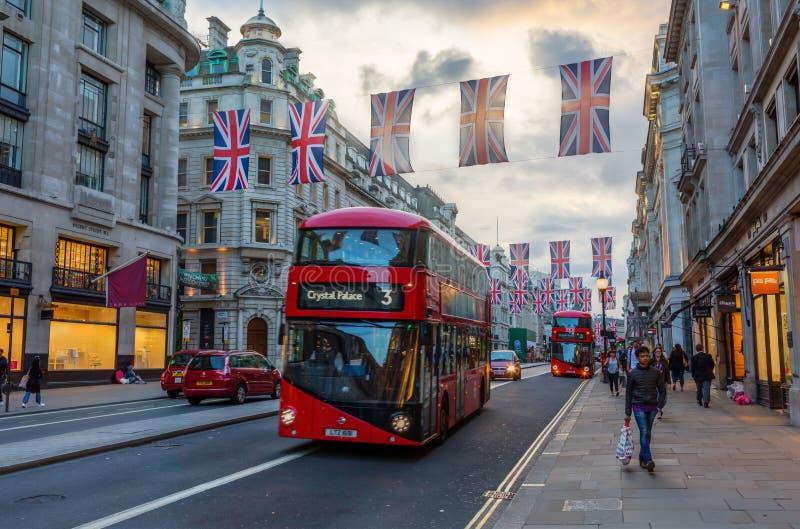 Regent ulica w Londyn, UK, przy półmrokiem obrazy stock