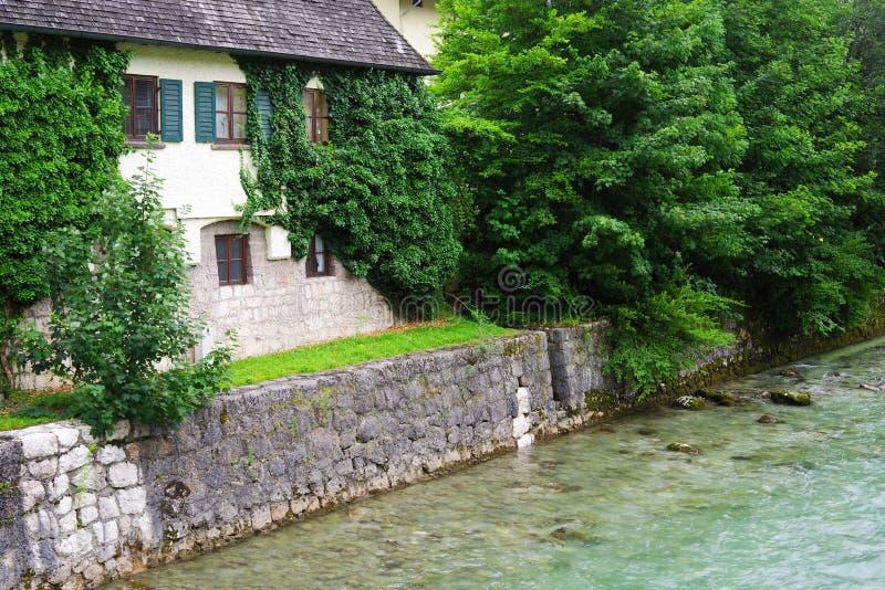 Regentag am Hintersee Traditionelle Architektur in Südbayern, Deutschland stockfotografie