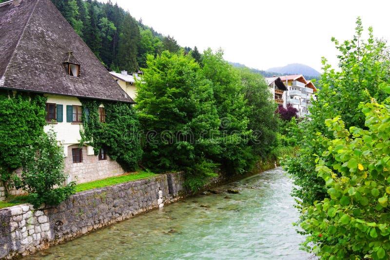 Regentag am Hintersee, traditionelle Architektur in Südbayern, Deutschland lizenzfreies stockfoto