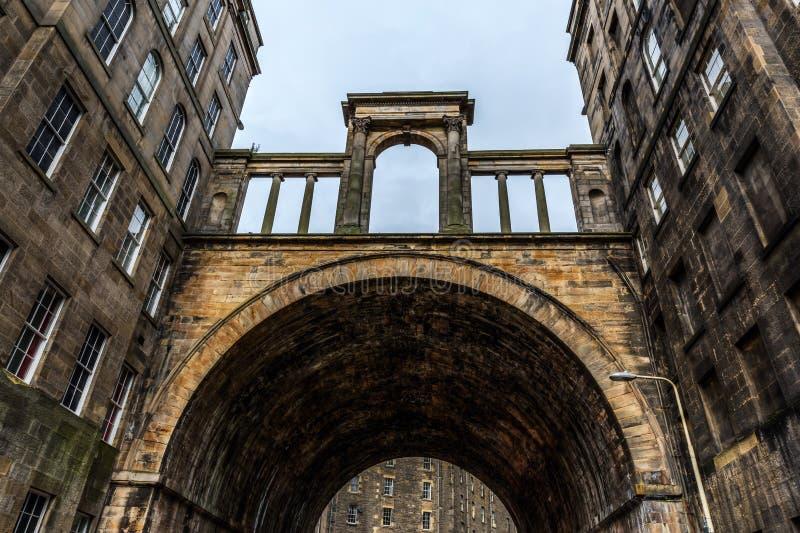 Regenter överbryggar i den gamla staden av Edinburg royaltyfri bild