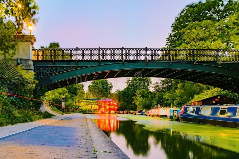 Regenter parkerar kanalen på natten royaltyfria bilder