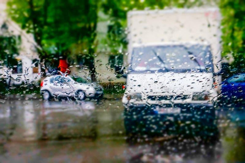 Regentropfen auf Autofenster stockbilder