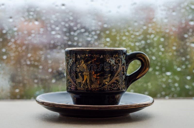 Regentropfen auf dem Fensterglas stockbild