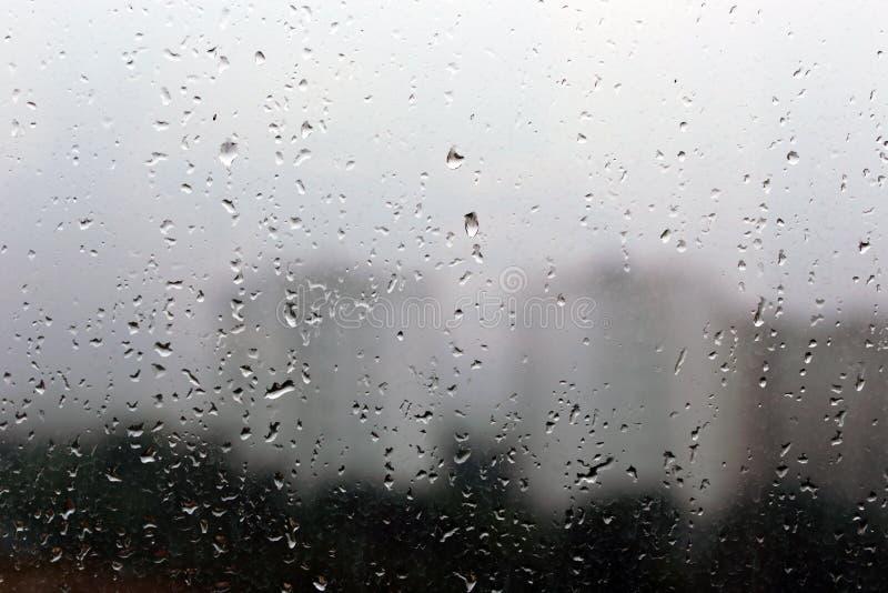 Regentropfen auf einem Fenster lizenzfreie stockfotografie