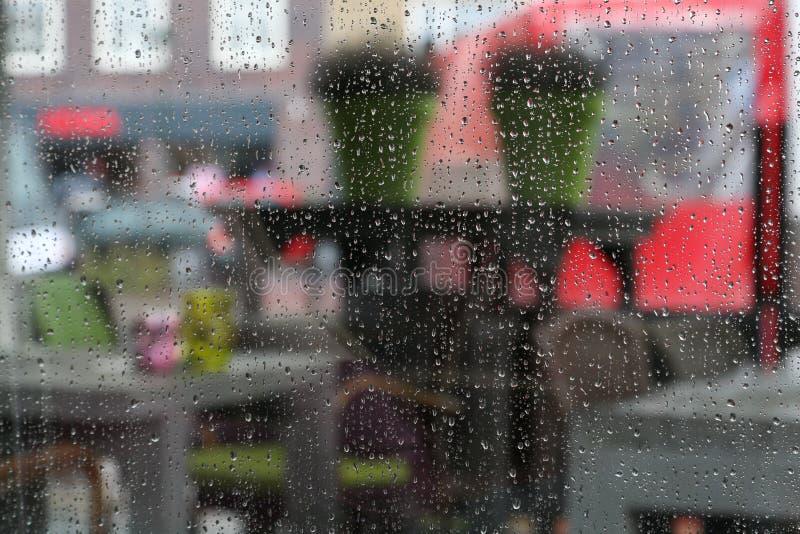 Regentropfen auf einem fenster stockfoto bild von for Fenster nass