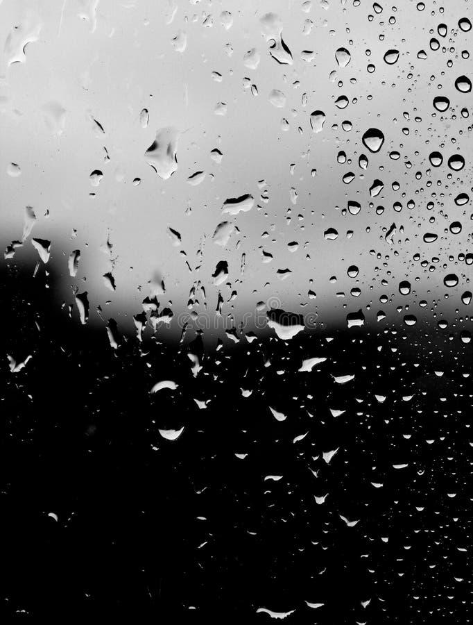 Regentropfen auf Fenster stockfotografie