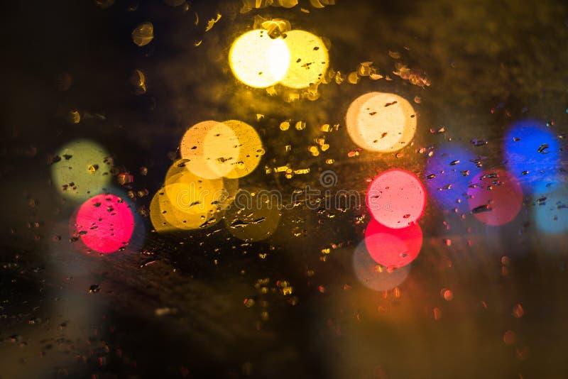 Regentropfen auf Fenster des Autos lizenzfreies stockbild