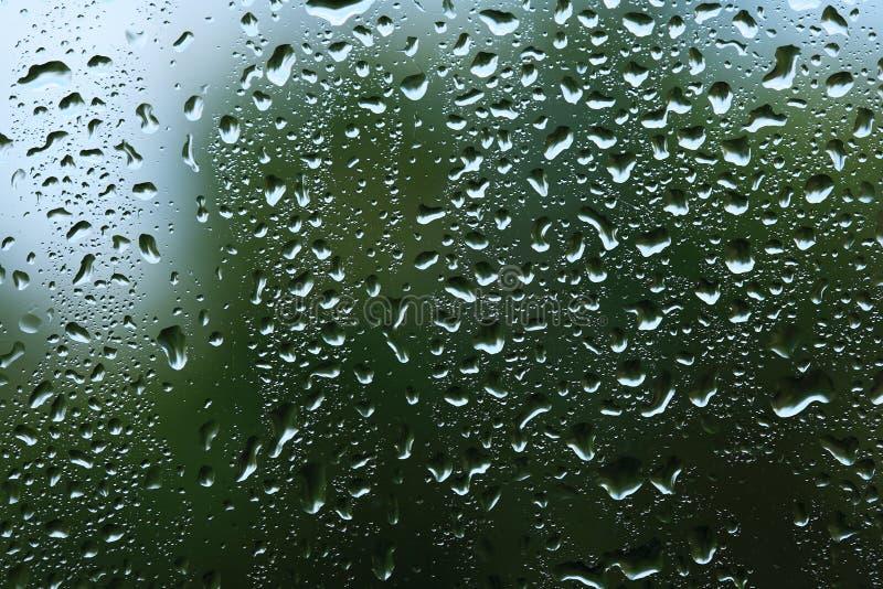 Regentropfen auf Fenster stockfotos