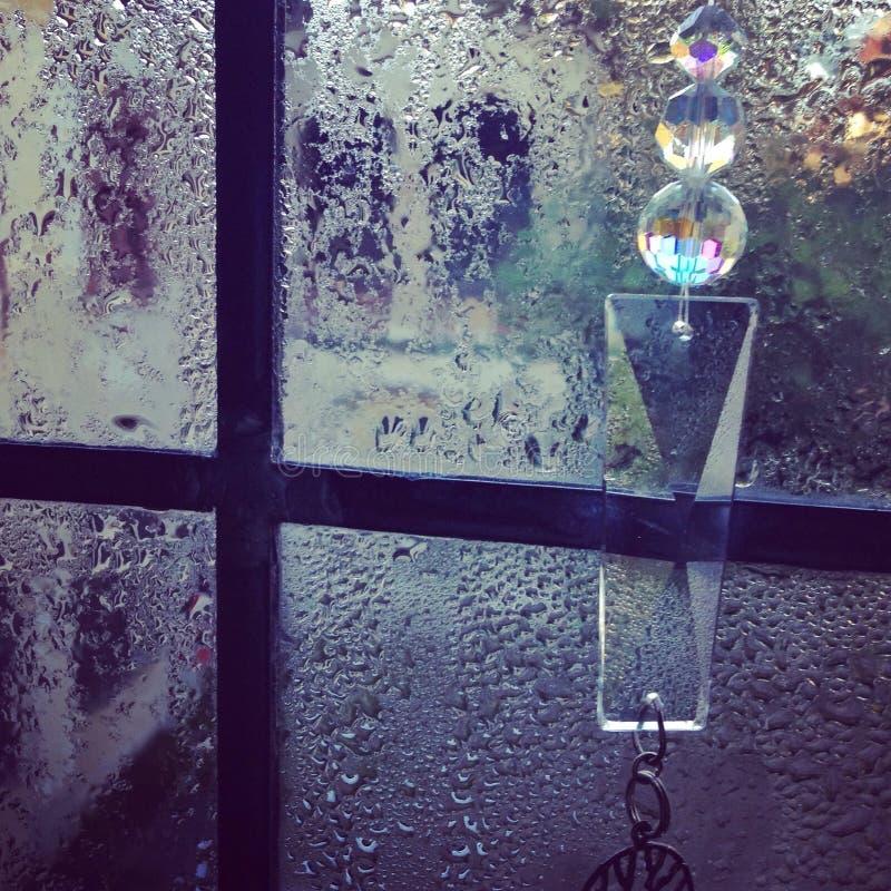 Regentropfen auf meinem Fenster stockfotografie