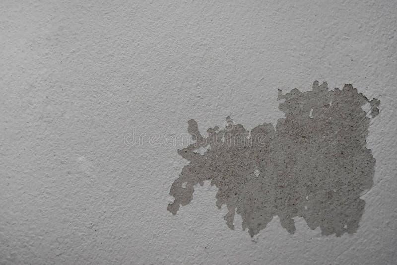 Regenwasser leckt auf der Decke, die Zementschaden verursacht und zieht Farbe und schimmelig ab lizenzfreies stockfoto