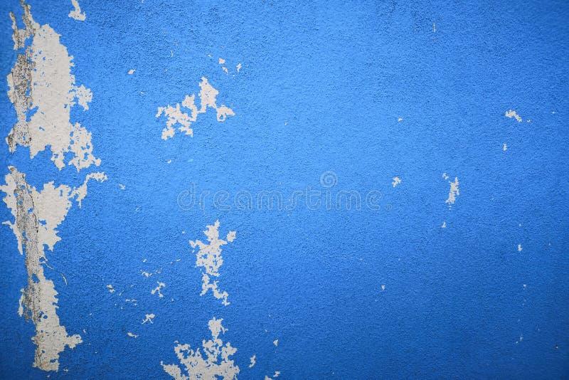 Regenwasserlecks auf der Decke, die Schaden, Farbe abziehend und schimmelig verursacht blaue Wandbeschaffenheit und leerer Raum f lizenzfreies stockfoto