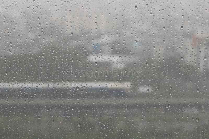 Regenwassertropfen auf Blau lizenzfreies stockfoto