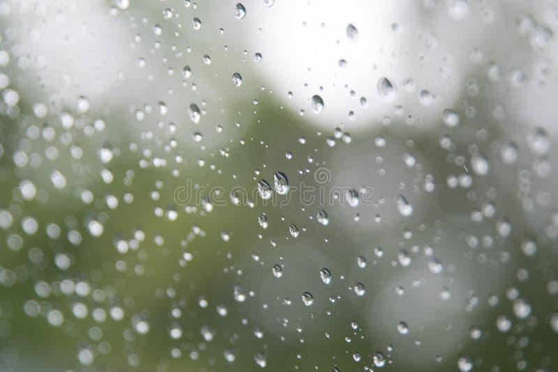 Regenwassertropfen auf Windschutzscheibe des Autos lizenzfreie stockbilder