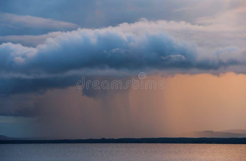 Regenwolke bei Sonnenuntergang über Orsa See in Schweden stockfoto