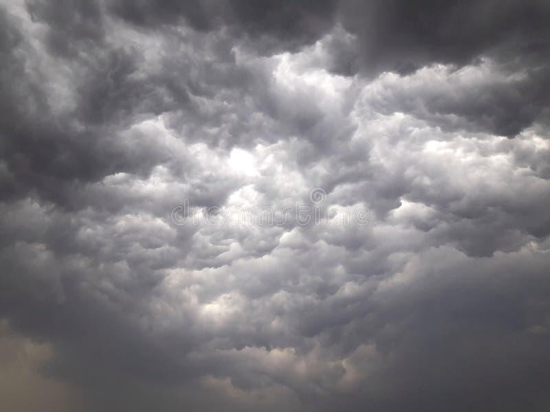 Regenwolken über dem Himmel stockfotografie