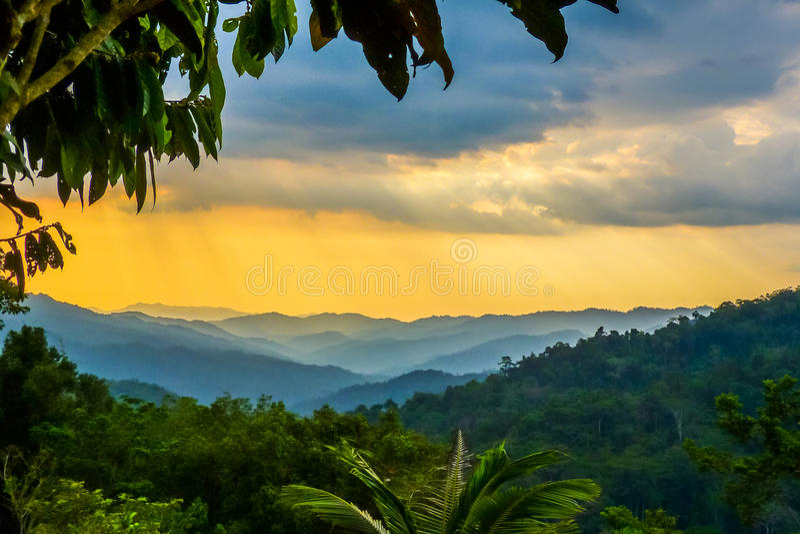Regenwolken über Kokoda-Bahn in Neu-Guinea lizenzfreie stockfotos