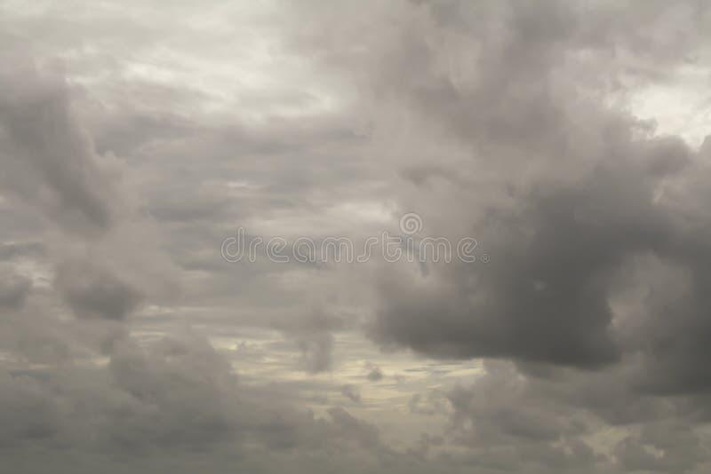 Regenwolken auf dem Himmel, dunkle Wolke, Regenwolke, stürmisch vor Ra stockbild
