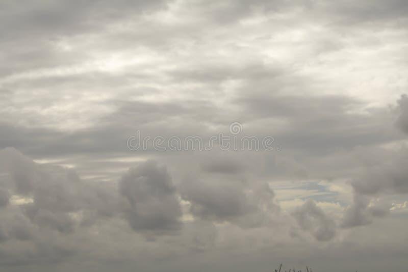 Regenwolken auf dem Himmel, dunkle Wolke, Regenwolke, stürmisch vor Ra lizenzfreie stockbilder