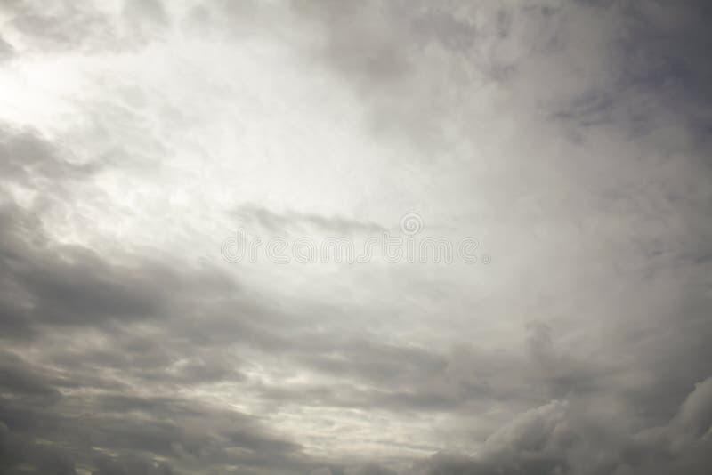 Regenwolken auf dem Himmel, dunkle Wolke, Regenwolke, stürmisch vor Ra stockfoto