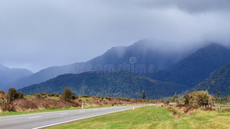 Regenwolken die over bergen afdrijven Het Eiland van het zuiden, Nieuw Zeeland royalty-vrije stock foto