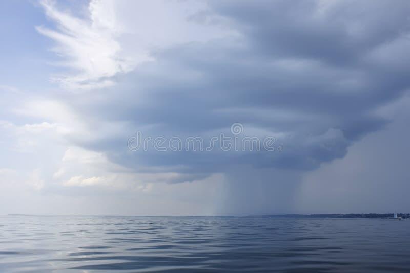 Regenzone über der Seeküste stockfotografie