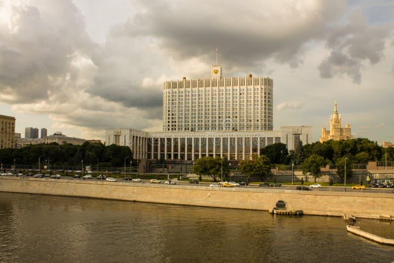 Regeringhus för rysk federation på en molnig sommardag i Moskva royaltyfri foto