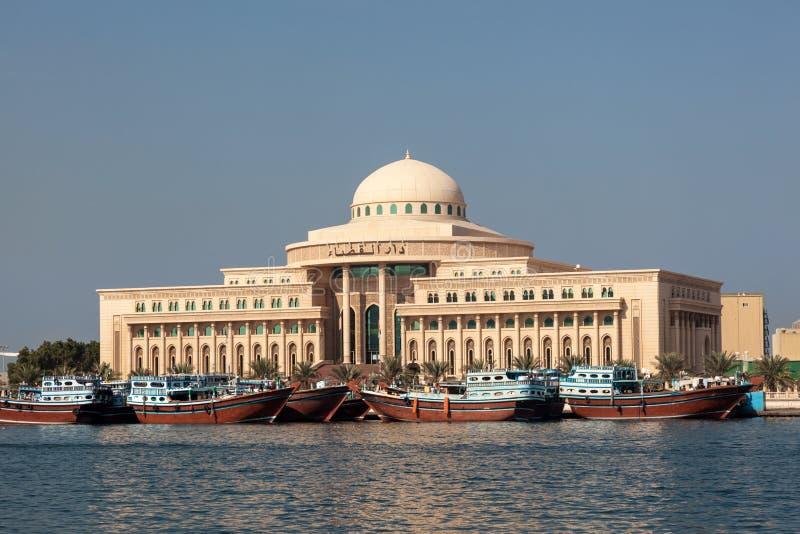Regerings- byggnad i den Sharjah staden arkivfoton