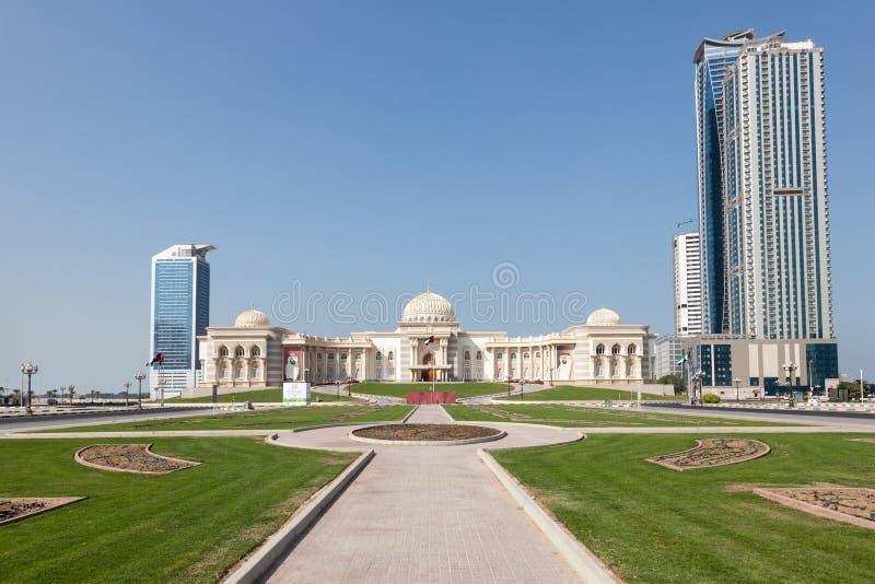 Regerings- byggnad i den Sharjah staden arkivbilder