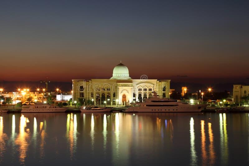 Regerings- byggnad i Sharjah arkivbild