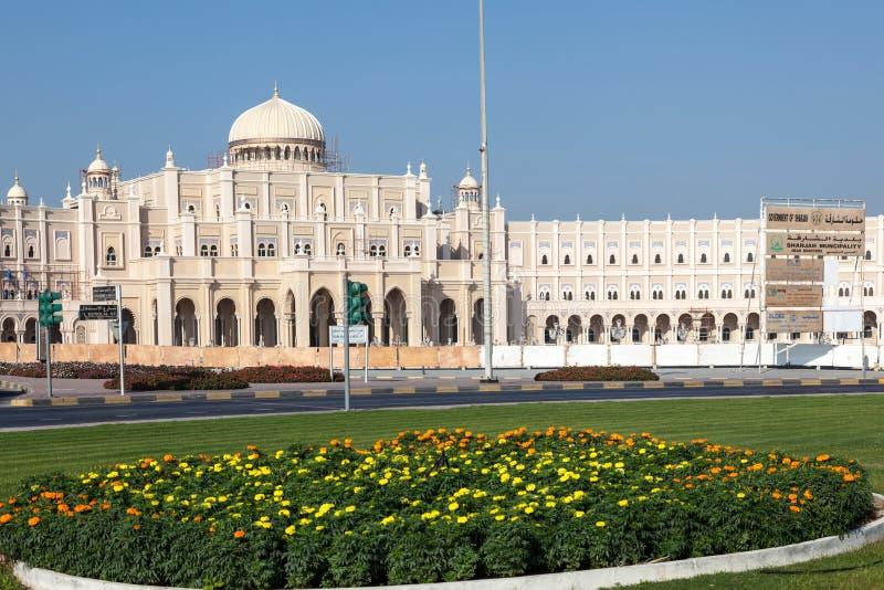 Regerings- byggnad i staden av Sharjah arkivbild