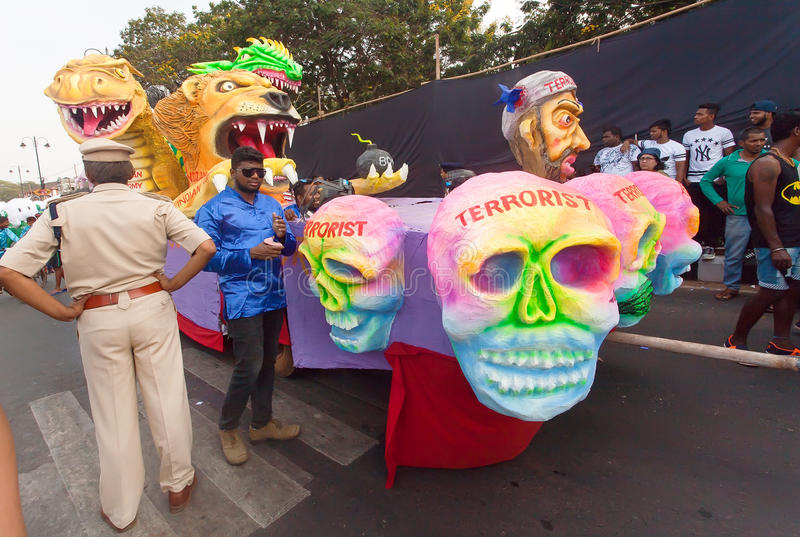 Regeringskontroller de besegrade terroristerna på den rörande plattformen av den populära Goa karnevalet royaltyfri bild