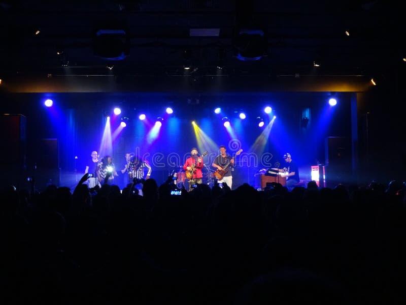 Reggaeband Groundation staut auf Stadium mit dem Sänger, der i singt lizenzfreies stockfoto