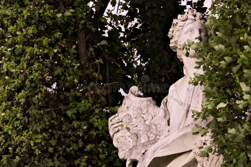 Reggia二卡塞尔塔,意大利 10/27/2018 在宫殿的公园安置的白色大理石的雕象 免版税库存图片