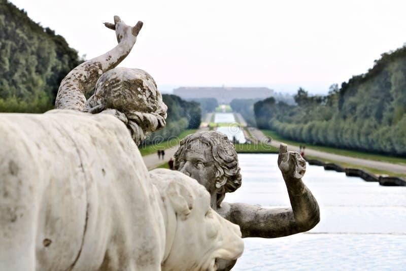 Reggia二卡塞尔塔,意大利 10/27/2018 在白色大理石的雕塑作为喷泉的装饰 库存图片