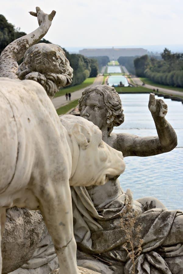 Reggia二卡塞尔塔,意大利 10/27/2018 在白色大理石的雕塑作为喷泉的装饰 免版税库存照片