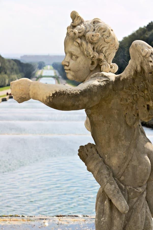Reggia二卡塞尔塔,意大利 10/27/2018 在白色大理石的雕塑作为喷泉的装饰 图库摄影