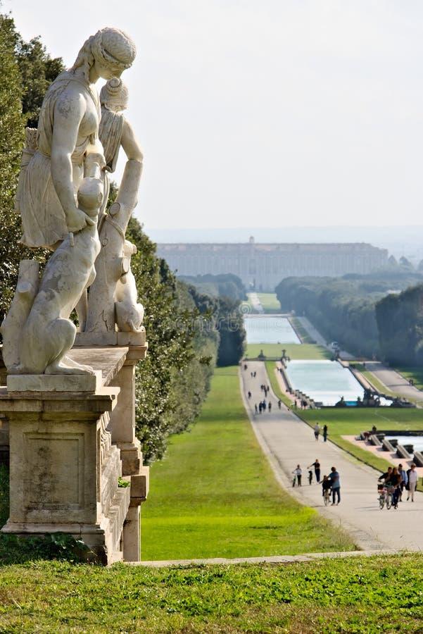 Reggia二卡塞尔塔,意大利 10/27/2018 大喷泉在有坦克的公园在各种各样的水平 免版税库存图片
