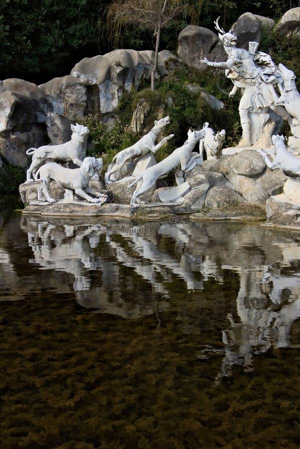 Reggia二卡塞尔塔,意大利 10/27/2018 有雕塑的巨大的喷泉在白色大理石 库存图片