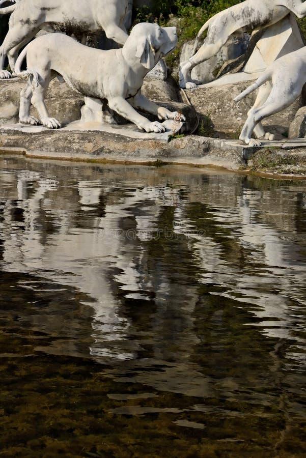 Reggia二卡塞尔塔,意大利 10/27/2018 有雕塑的巨大的喷泉在白色大理石 免版税图库摄影