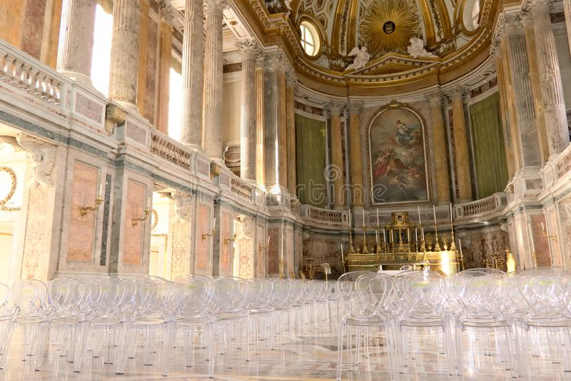 Reggia di Caserta, Italien 10/27/2018 Inre av kapellet inom slotten Moderna plexiglassstolar arkivbilder