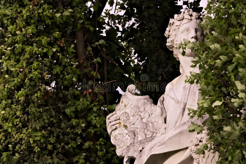 Reggia di Caserta, Italien 10/27/2018 Statyn i vit marmor som f?rl?ggas i, parkerar av slotten royaltyfri bild